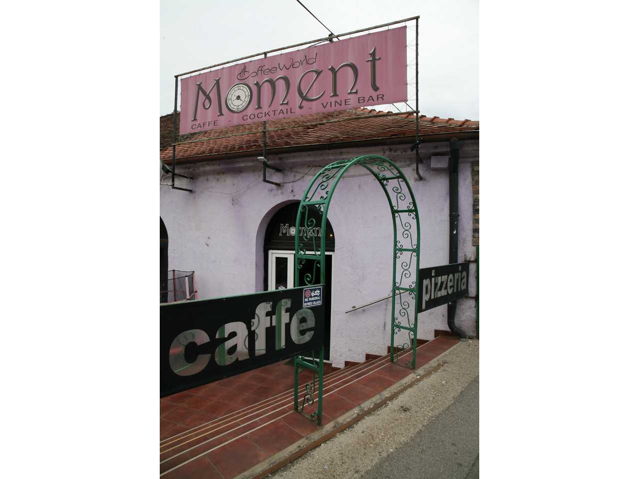 CAFFE PIZZERIA MOMENT Bars and night-clubs Beograd